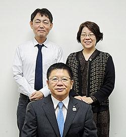 上野泰弘会長(中央)ら鹿児島県薬剤師会の幹部