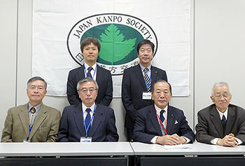 前列左から2人目が金子吉一理事長
