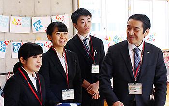 特別授業を行った松本氏と薬学生3人
