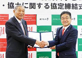 連携協定を結んだ寺田弘新潟薬科大学長(左)と高橋姿新潟大学長