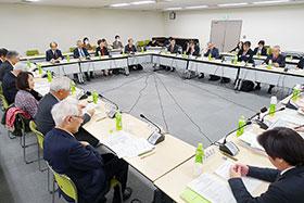 10日に省内で開かれた新薬剤師養成問題懇談会