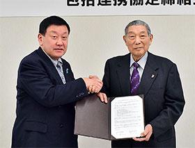 協定を結んだ寺田弘新潟薬科大学長(右)と佐藤宏之新潟県薬剤師会長