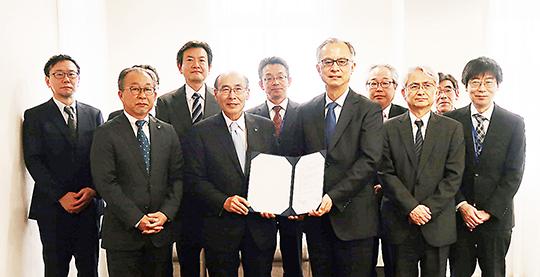 協定書に調印した石井学長(前列左から2人目)と五十嵐理事長(同3人目)