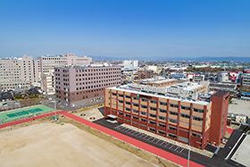 新設された5階建ての薬学部校舎(手前)=国際医療福祉大学提供