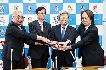 中川俊男会長(右から2人目)と副会長3人を核とする新体制が発足した