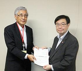 左から一般薬連の柴田会長、吉田医政局長