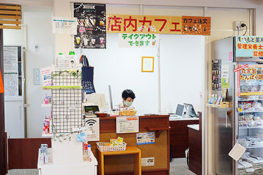 まつもと薬局フロンティア店はカフェも併設。地域住民の憩いの場になっている