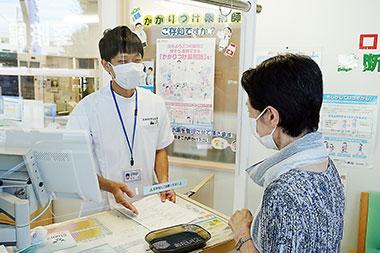 薬局実習では、北海道医療大学の学生が飛沫感染防止用のアクリル板越しに服薬指導を体験した