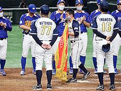 準決勝が終わり黄獅子旗が授与された(日本新薬提供)
