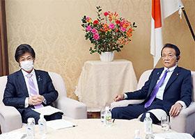 大臣折衝を行う田村憲久厚労相(左)と麻生太郎財務相