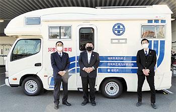 左から高木傳県医薬品卸業協会会長、原口亨県薬剤師会会長、上田修県薬務課長