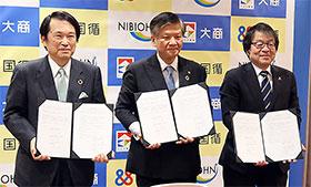 左から尾崎会頭、小川理事長、米田理事長