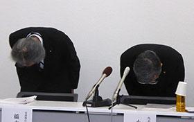 謝罪する小林社長(右)と橋本専務