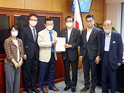 山本厚生労働副大臣に要望書を手渡す根本理事長(左から3人目)ら