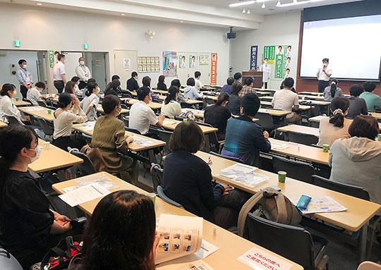 集団接種でのワクチン調製業務に向け、多くの薬剤師が研修に参加